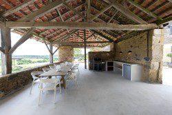 La cuisine d'été du Mas, une maison de vacances 5 étoiles, avec vue sur la campagne de Dordogne