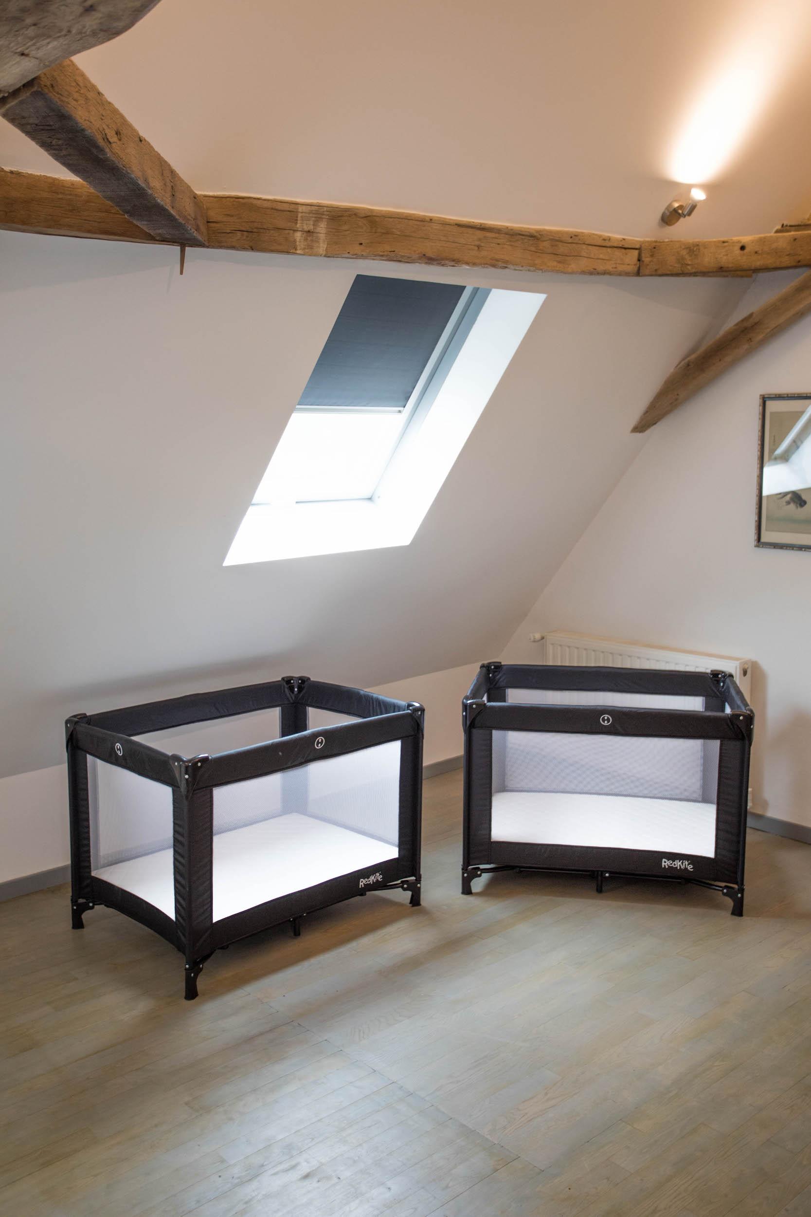 Twee reisbedjes en matrassen voor kinderen, in slaapkamer 1 van Le Mas, een 5-sterren vakantieverblijf in de Dordogne